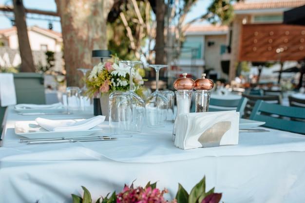 Tavola servita nel ristorante all'aperto. concetto di vacanze e matrimonio. attività di ristorazione in hotel