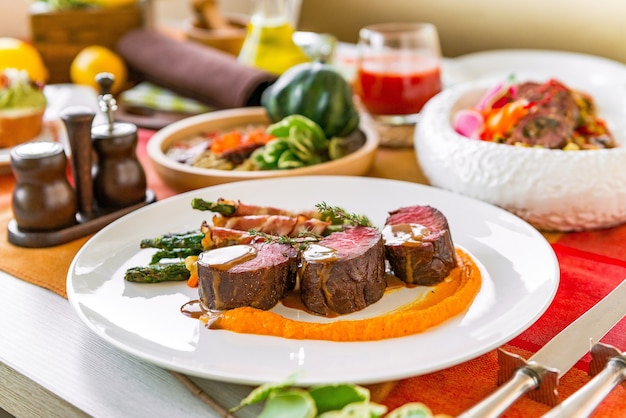 Tavola servita in un ristorante con piatti di carne. piatti diversi