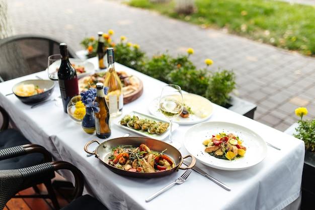 Tavolo servito al ristorante con terrazza estiva