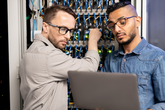 Specialisti di server che testano il sistema di rete