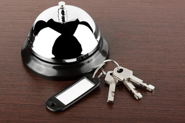Campanello di servizio con chiavi su fondo in legno