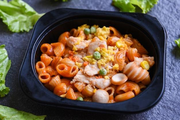 Servizio cibo ordine consegna online maccheroni consegna cibo in scatole da asporto