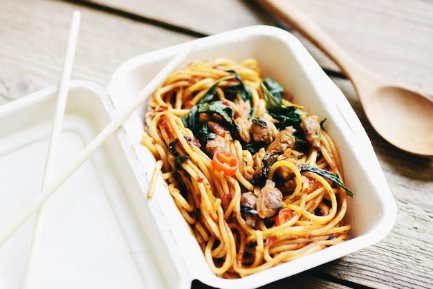 Servizio cibo ordine consegna online spaghetti italiani su scatola di cibo, consegna cibo in scatole da asporto