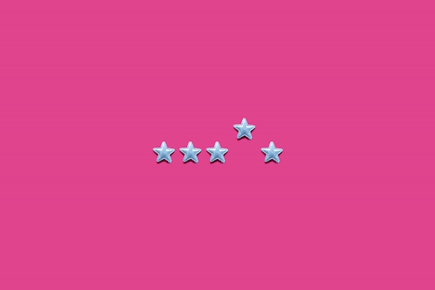 Valutazione del servizio e concetto della prestazione di servizio con la valutazione della stella su fondo rosa. minimo