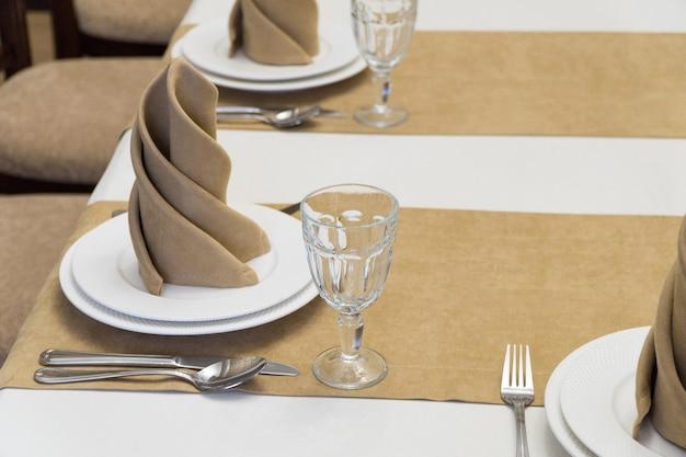 Serve tavolo per banchetti in un lussuoso ristorante in stile beige e bianco