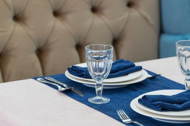 Serve tavolo per banchetti in un lussuoso ristorante in stile blu e chiaro