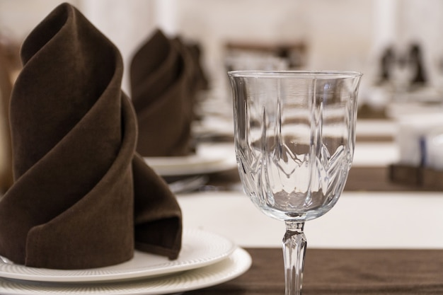 Serve un tavolo per banchetti in un lussuoso ristorante in stile marrone e bianco, riprese macro