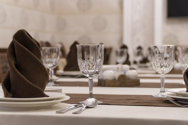 Serve tavolo per banchetti in un lussuoso ristorante in stile marrone e bianco
