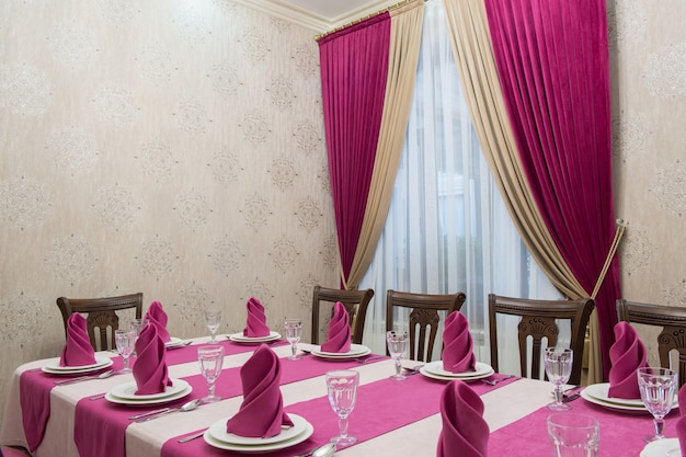 Servire il tavolo del banchetto in un lussuoso ristorante in stile rosa e bianco