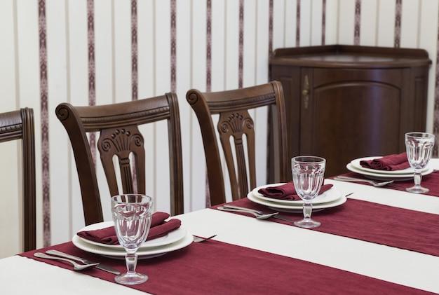 Servire il tavolo del banchetto in un lussuoso ristorante in stile rosso e bianco