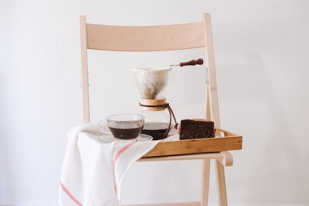 Al mattino serve caffè caldo nel soggiorno di casa sua