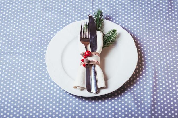 Servire la tavola di natale con anelli e caramelle