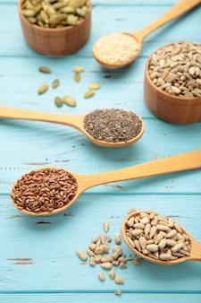 Sesamo, semi di zucca, semi di girasole, semi di lino e chia sul blu