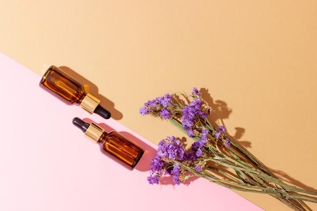 Un set di bottiglie d'ambra per oli essenziali e cosmetici. bottiglia di vetro. contagocce, flacone spray