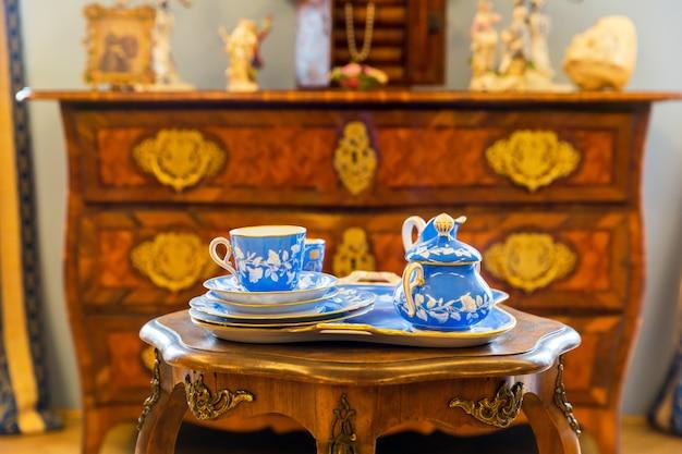 Set di stoviglie antiche sulla tavola di legno nel museo