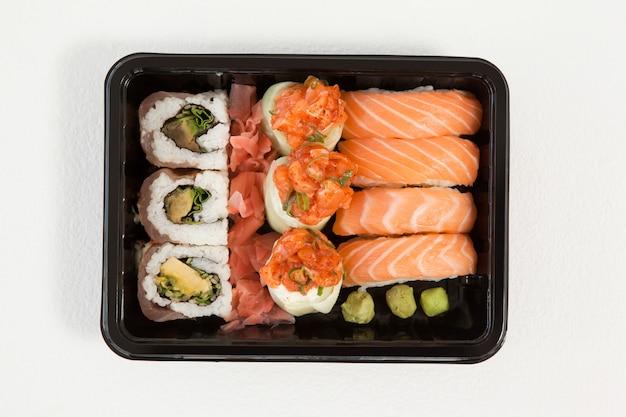 Set di sushi assortiti tenuti in una scatola nera