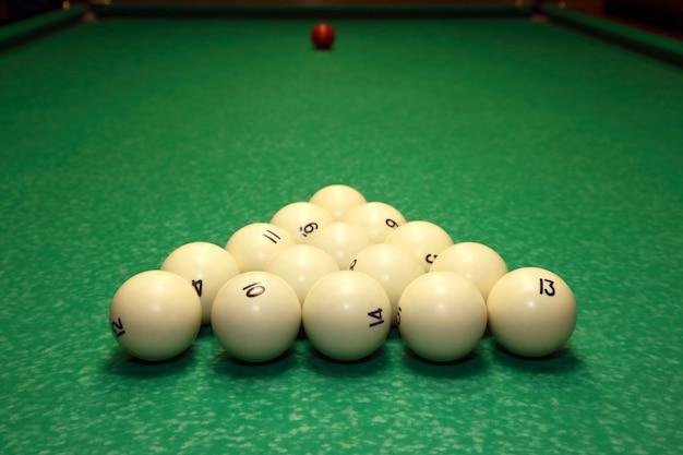 Set di palline per biliardo sul tavolo verde