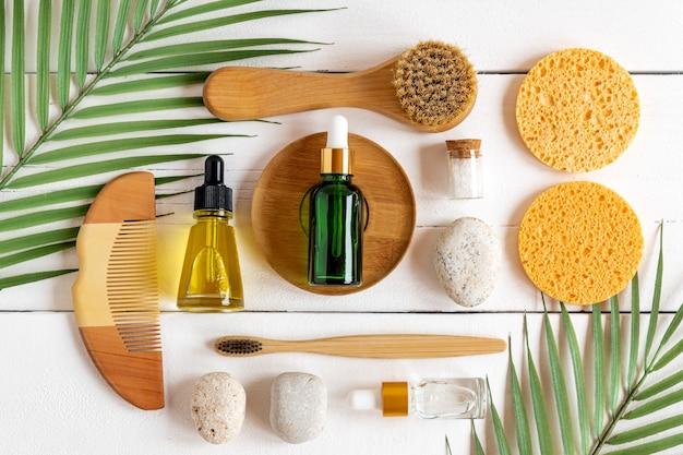 Set di accessori per la cura personale del bagno con cosmetici ecologici e spazzolini da denti in bambù su sfondo bianco, motivo