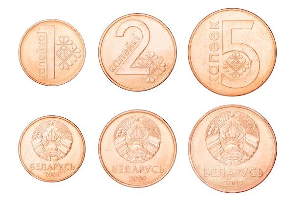 Insieme delle monete bielorusse isolate su fondo bianco