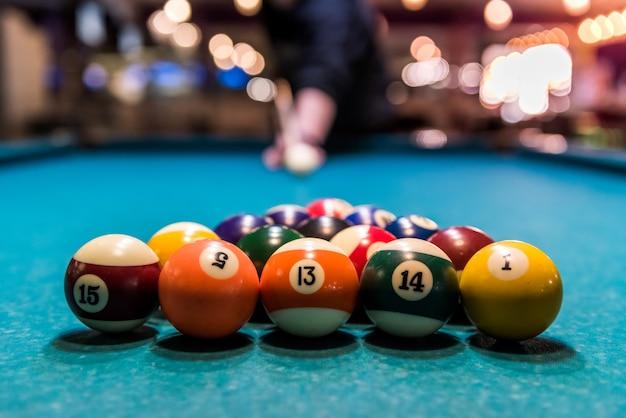 Set di palle da biliardo nel triangolo sul tavolo
