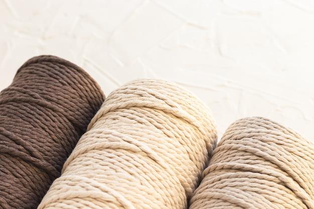 Set di bobine con corda di cotone. fili per il fai da te, attività creative.