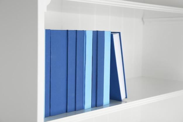 Set di libri sullo scaffale