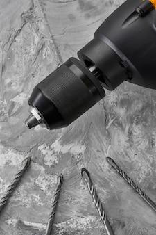 Set di trivellatrici e trapano elettrico. strumento professionale, attrezzatura del costruttore, strumenti di perforazione