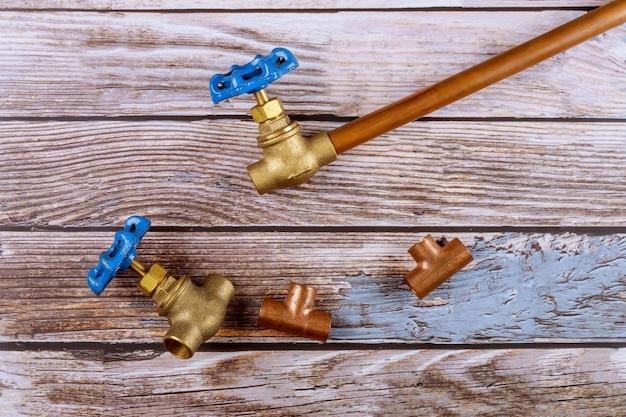 Set di strumenti di miglioramento casa raccordo idraulico in ottone sulla tavola di legno