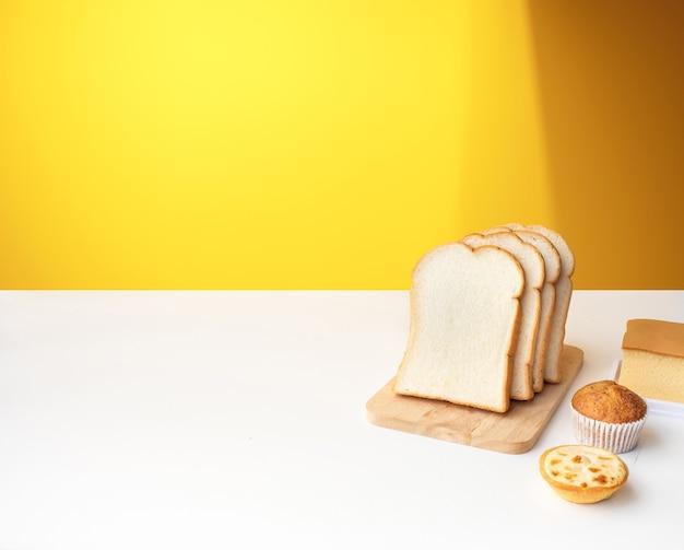 Set di cibo per la colazione o prodotti da forno, torta sul fondo della cucina del tavolo