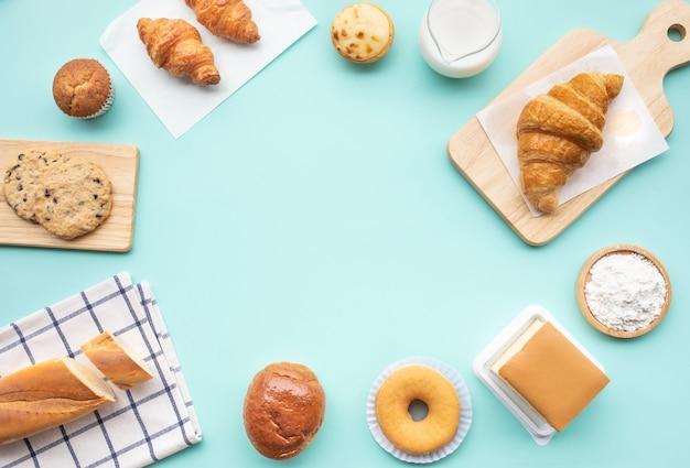 Set di cibo per la colazione o prodotti da forno, torta sul tavolo