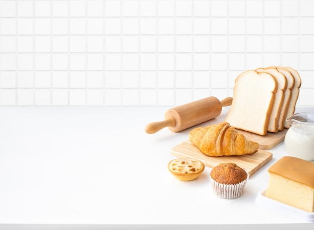 Set di cibo per la colazione o prodotti da forno, torta sul tavolo bianco