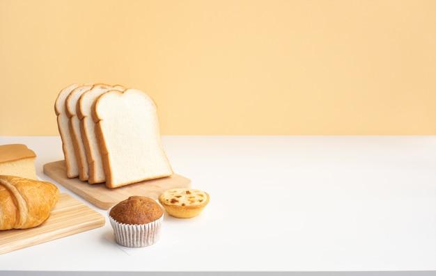 Set di cibo per la colazione o prodotti da forno sulla cucina del tavolo