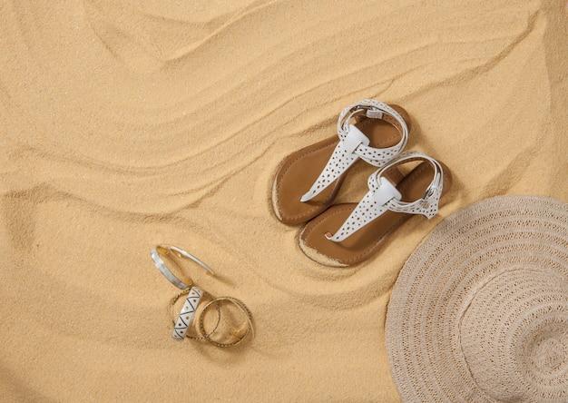 Un set di abiti estivi luminosi per la spiaggia sulla sabbia dorata stagione estiva e ricreazione