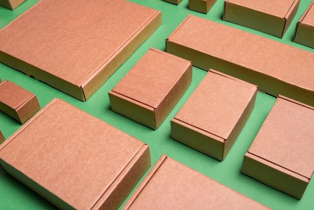 Set di scatole di cartone marrone artigianale, sfondo