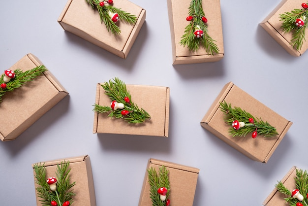 Set di scatole di cartone decorate con ornamento albero di natale su sfondo grigio
