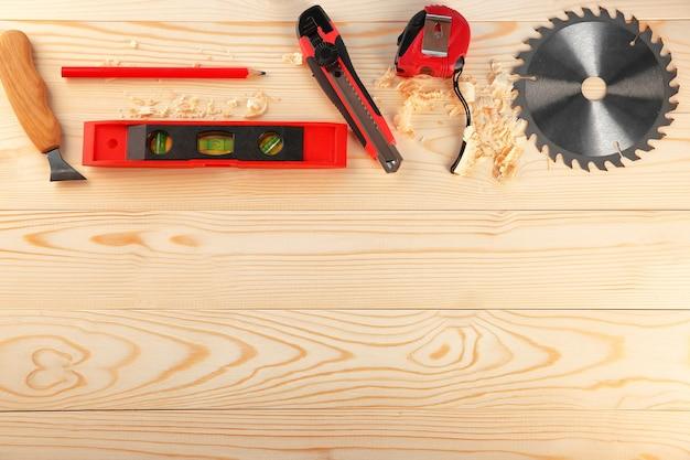 Set di attrezzi da falegname su legno