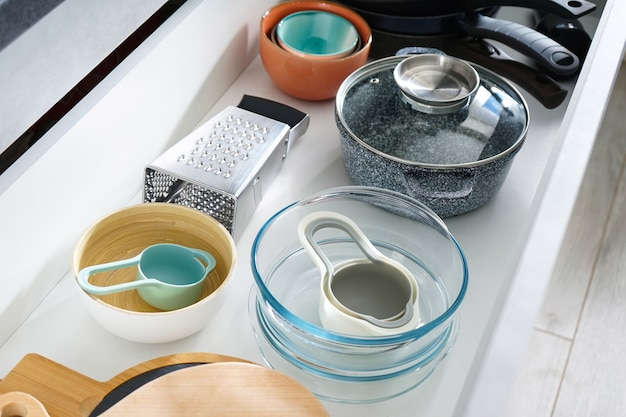 Set di utensili da cucina puliti nel cassetto.