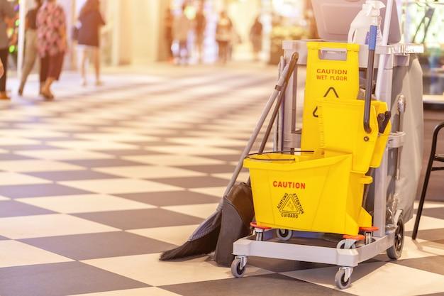 Insieme di attrezzature per la pulizia nel centro commerciale del terminale 21 pattaya, tailandia