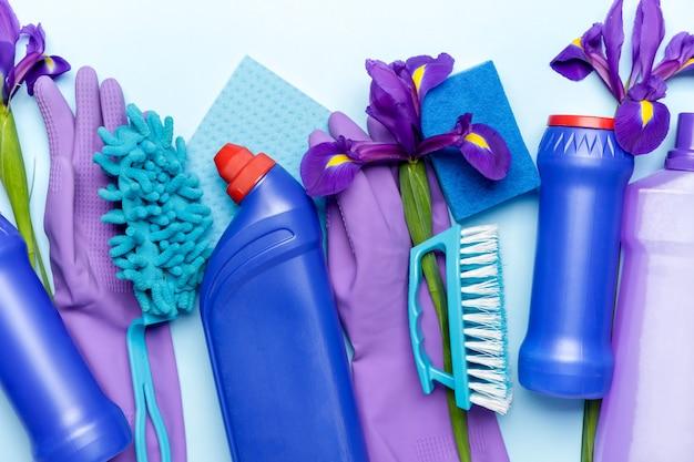 Set di prodotti per la pulizia e fiori primaverili