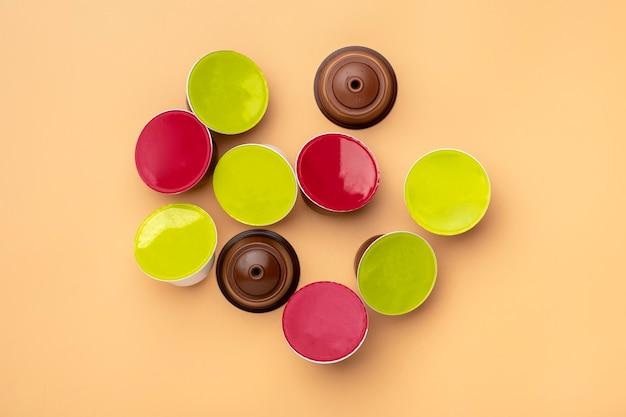 Set di capsule di caffè, chicchi tostati isolati su beige