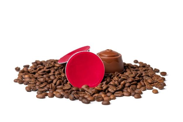 Set di capsule di caffè, chicchi tostati isolati su bianco