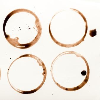 Insieme delle macchie della tazza di caffè isolate su fondo bianco. anelli secchi di bevanda tonificante. collezione di macchie marroni per il design grunge