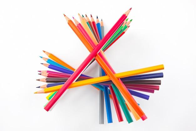 Set di matite colorate su sfondo bianco. strumenti di disegno. una tavolozza di creatività