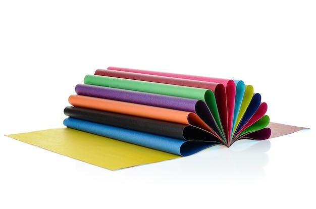 Un set di carta colorata isolato su uno sfondo bianco. ampia scelta di colori.