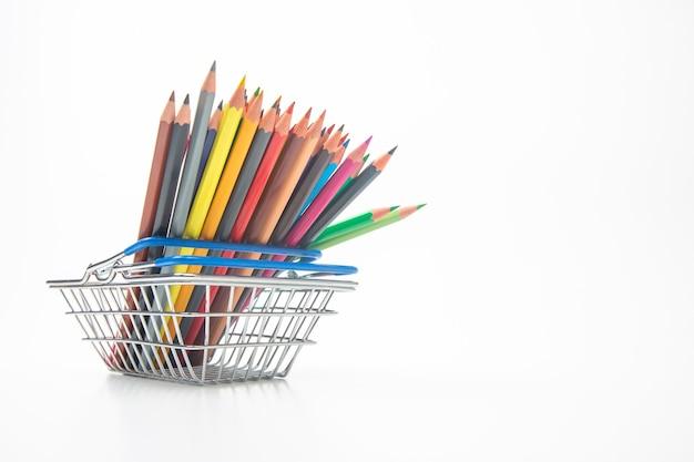 Set di matite colorate per disegnare nel paniere del mercato. marketing nelle vendite aziendali