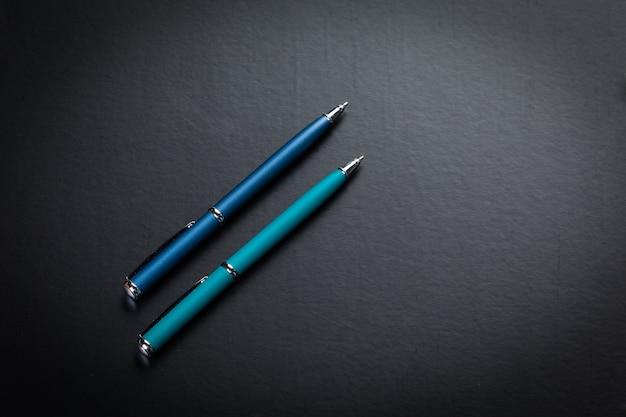 Set di penne colorate sul tavolo
