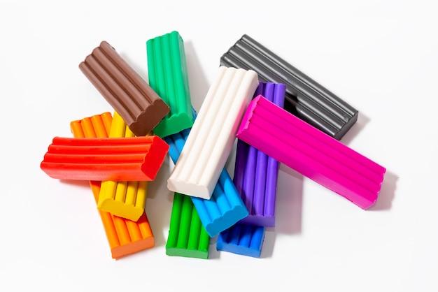 Set di plastilina colorata per il primo piano di creatività domestica dei bambini, vista dall'alto.