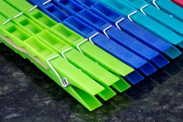 Set di mollette colorate, allineate nella composizione geometrica