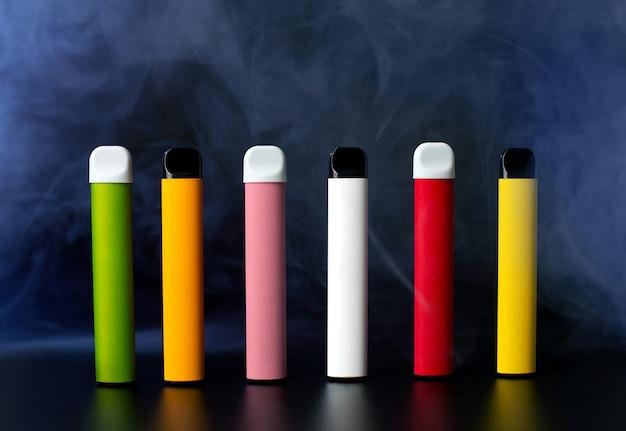 Set di sigarette elettroniche usa e getta colorate sul nero