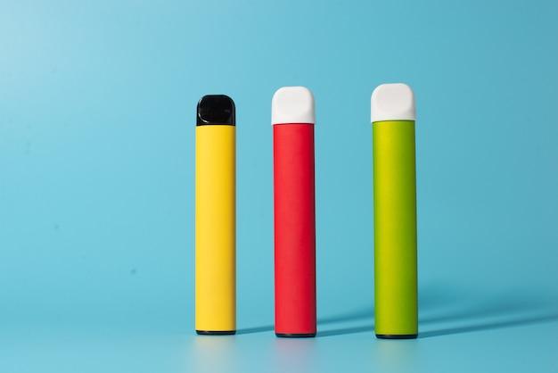 Set di sigarette elettroniche usa e getta colorate con le ombre. il concetto di fumo moderno